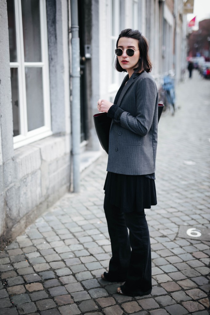 Basicapparel-Sophie van Daniels-Zara-Mango-H&M-Flared Jeans-Schlaghose-Streetstyle-Rayban-Black-layering10