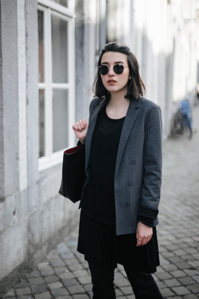 Basicapparel-Sophie van Daniels-Zara-Mango-H&M-Flared Jeans-Schlaghose-Streetstyle-Rayban-Black-layering11