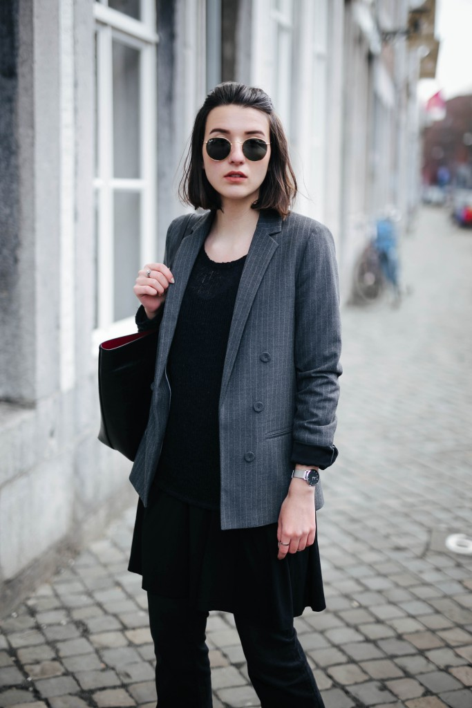 Basicapparel-Sophie van Daniels-Zara-Mango-H&M-Flared Jeans-Schlaghose-Streetstyle-Rayban-Black-layering14