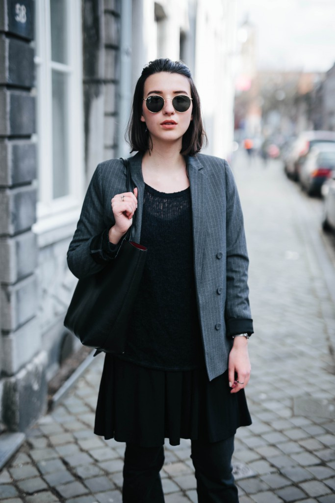 Basicapparel-Sophie van Daniels-Zara-Mango-H&M-Flared Jeans-Schlaghose-Streetstyle-Rayban-Black-layering6