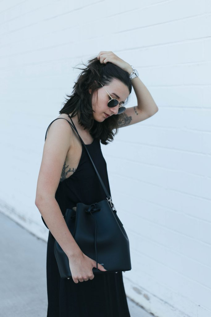 basicapparel-sophievandaniels-agneel-silkdress-black-bucketbag-slippers-sunglasses-summer-15