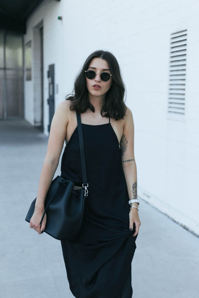 basicapparel-sophievandaniels-agneel-silkdress-black-bucketbag-slippers-sunglasses-summer-18