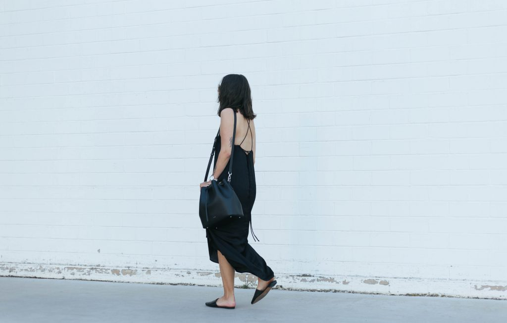 basicapparel-sophievandaniels-agneel-silkdress-black-bucketbag-slippers-sunglasses-summer-2