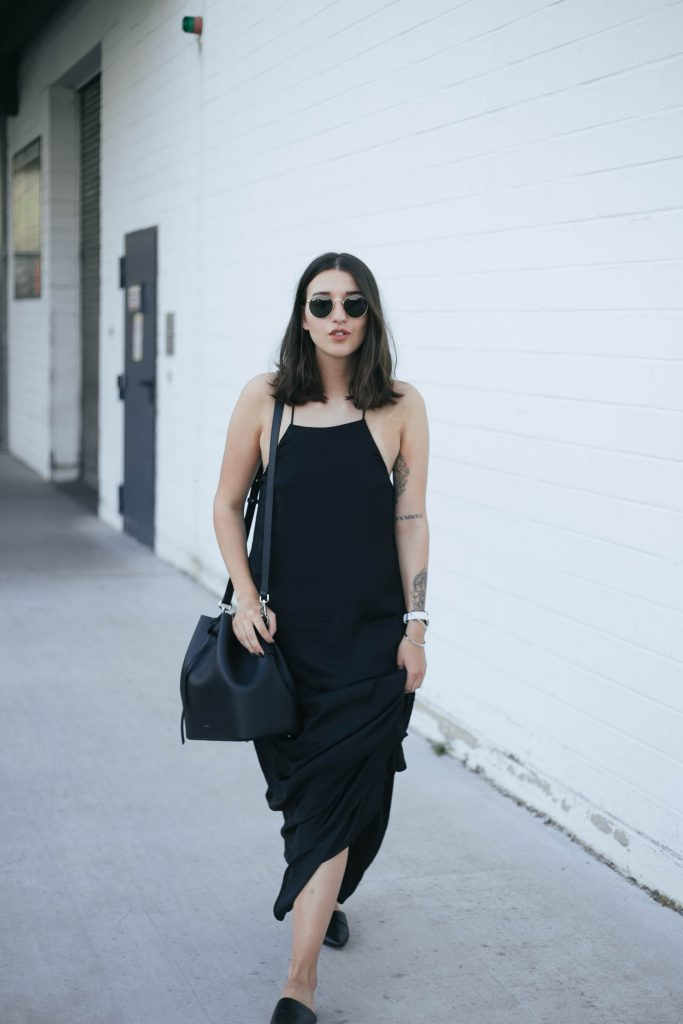 basicapparel-sophievandaniels-agneel-silkdress-black-bucketbag-slippers-sunglasses-summer-23