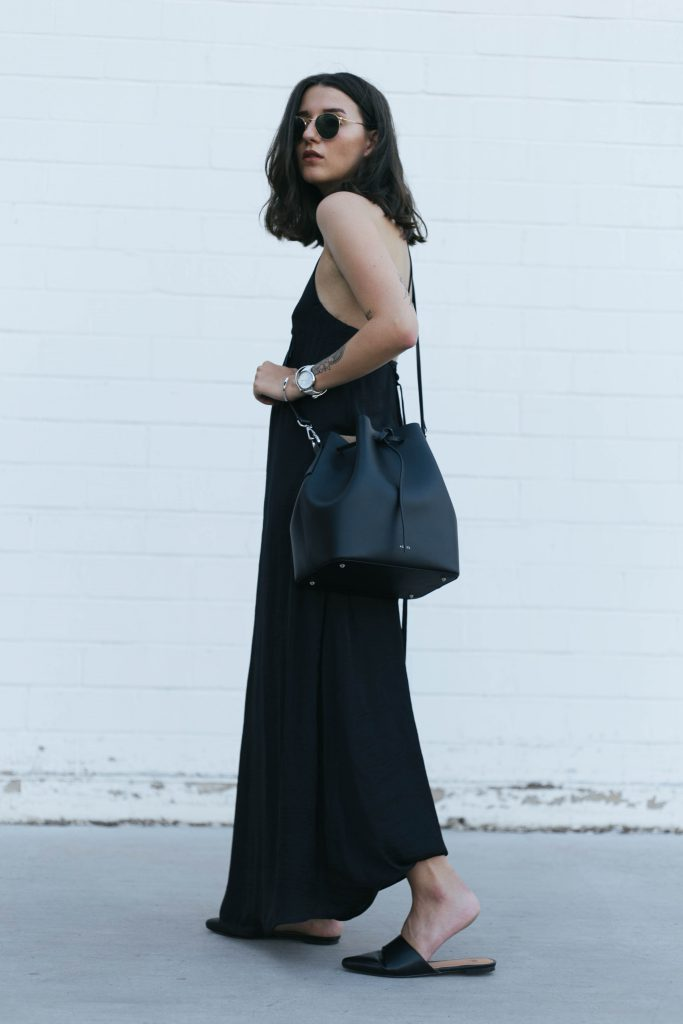 basicapparel-sophievandaniels-agneel-silkdress-black-bucketbag-slippers-sunglasses-summer-27