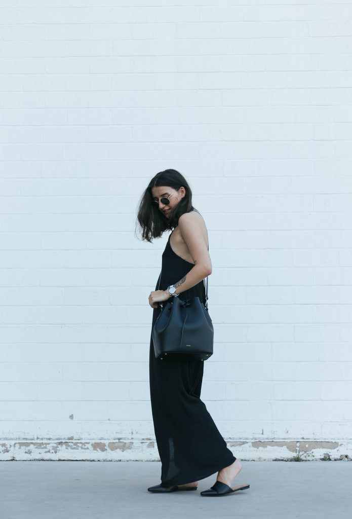 basicapparel-sophievandaniels-agneel-silkdress-black-bucketbag-slippers-sunglasses-summer-9